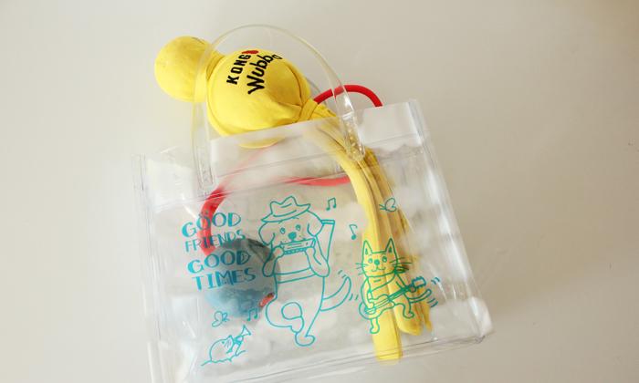 バッグにおもちゃが入っている写真