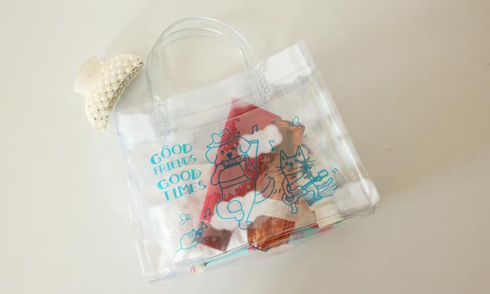バッグにシャンプーや歯磨きセットが入っている写真