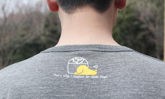ヘザーチャコールの襟後ろのプリント写真