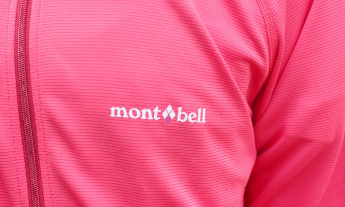胸元のモンベルのロゴのアップ写真