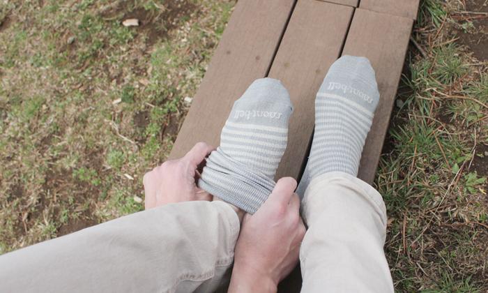 靴下をはいている写真