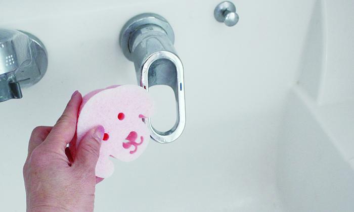 洗面所の水道を磨く写真