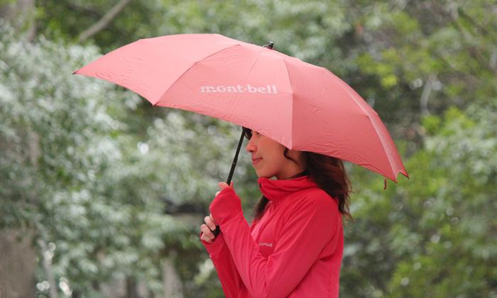 女性が傘をさしている写真