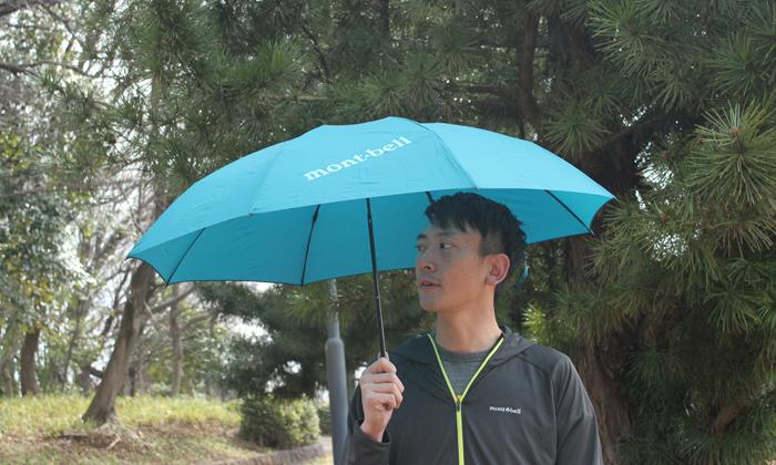 男性が傘をさしている写真