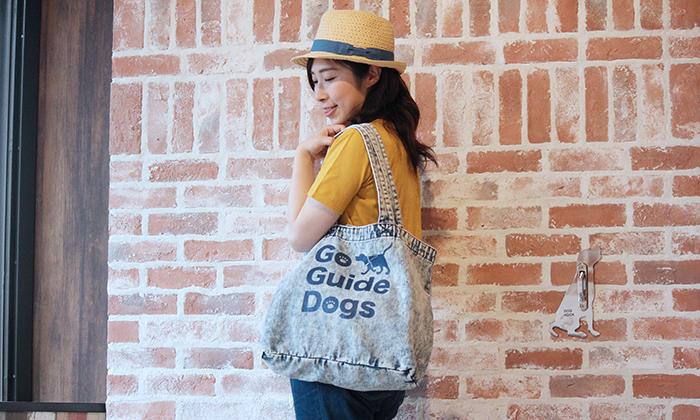 女性がケミカルウォッシュのバッグを肩にかけている写真