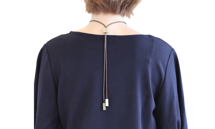 首の後ろのコード調整の写真