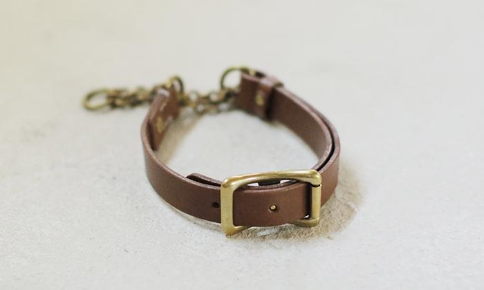 濃い茶色の革の首輪部分。チェーン等部品はゴールド