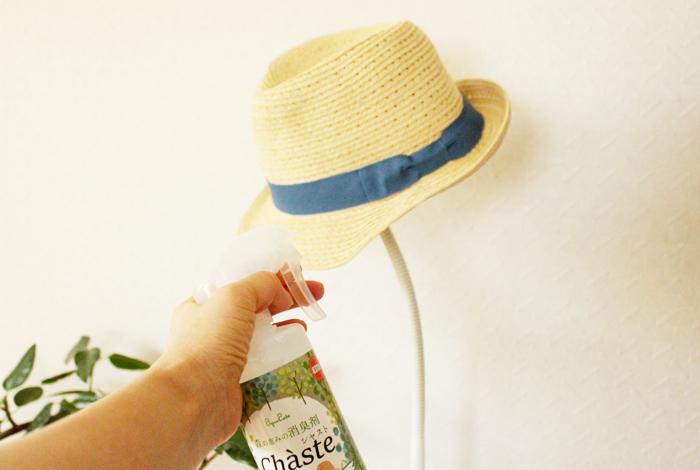 帽子にスプレーしている写真