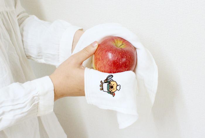 りんごを拭く写真