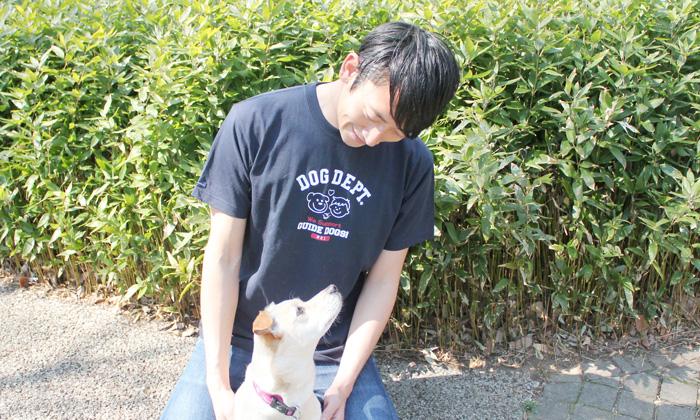 ネイビーのTシャツを男性が着用している写真