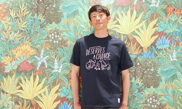ネイビーのTシャツ
