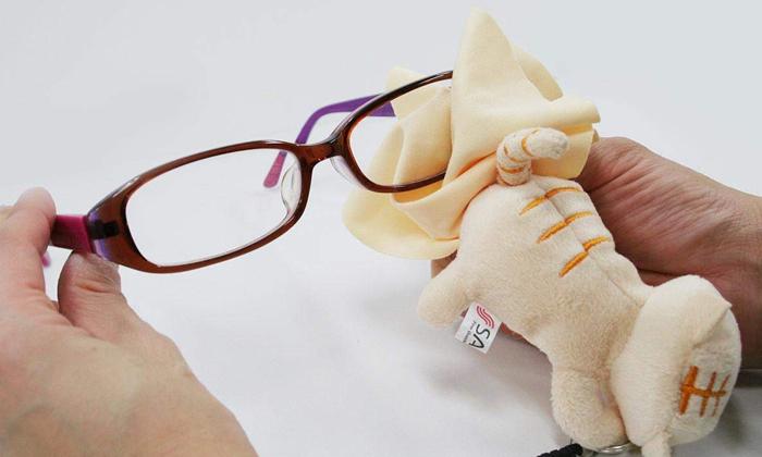 メガネを拭く写真
