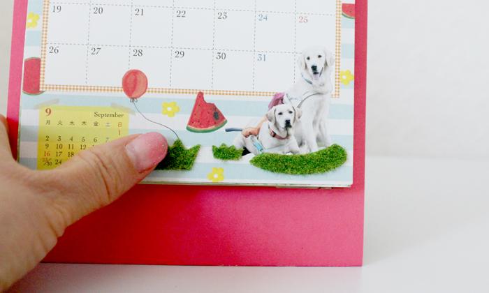 暦に貼られている芝生を触っている写真