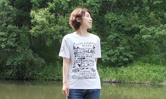 白のTシャツを女性が着用している写真