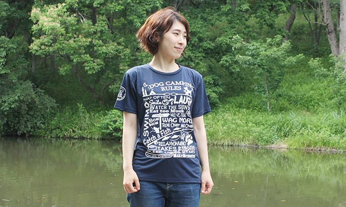 ネイビーのTシャツを女性が着ている写真