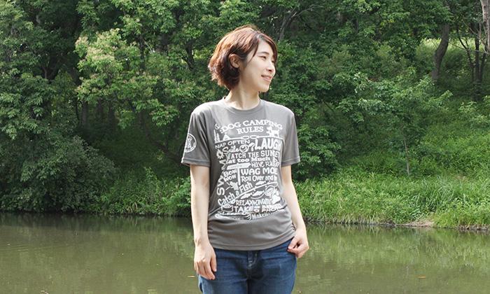 ダークグレーのTシャツを女性が着ている写真