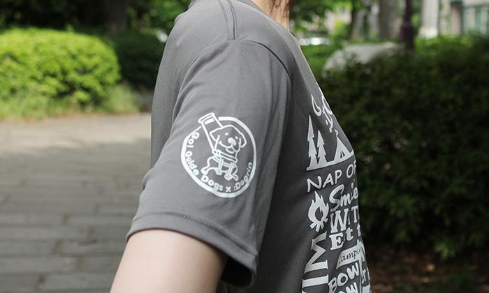 右袖のアップ。ダークグレーのTシャツに白のプリント。