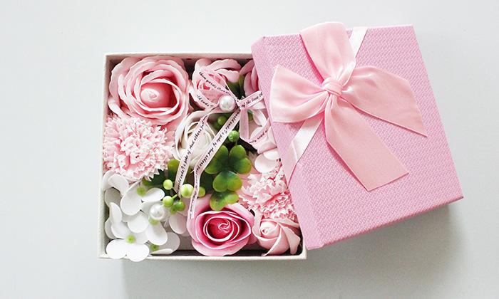 ピンクのシャボンフラワーが入っているボックスを開けた写真