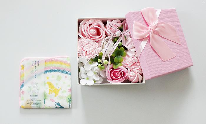ピンクのシャボンフラワーボックスとレインボー柄のハンカチのセット