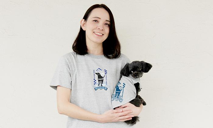 お揃いのTシャツを着たミックス犬を抱っこする女性モデル