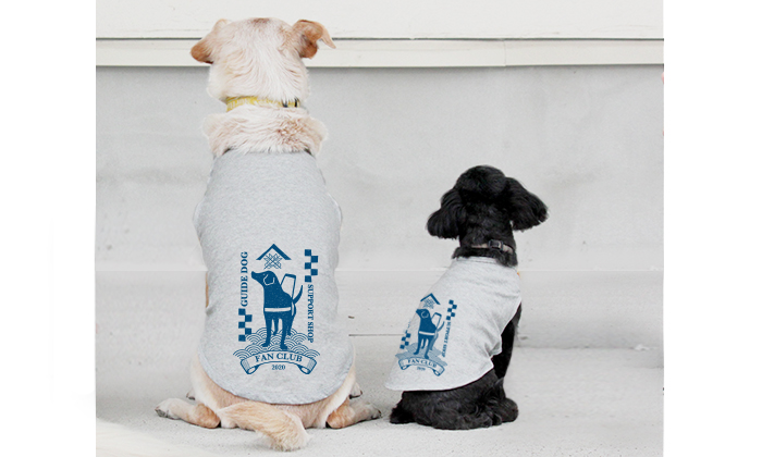 ファンクラブ犬用Tシャツを着て、並んで座っているミックス犬2頭