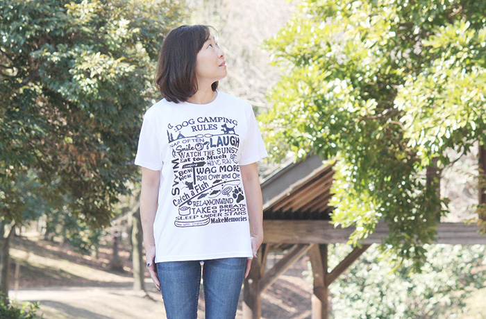 ホワイトにブラックのプリントがされたTシャツを着る女性