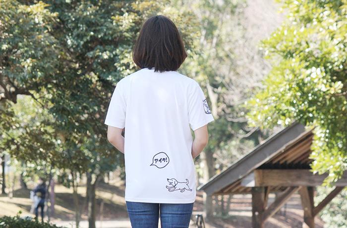 白いTシャツを着た女性の後ろ姿。右下に犬のイラスト、左側に吹き出しで犬の名前が入る。