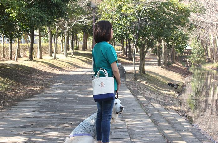 女性がバッグを斜めがけにしている写真