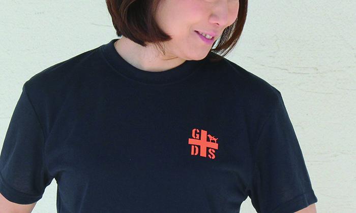 胸のロゴアップ写真