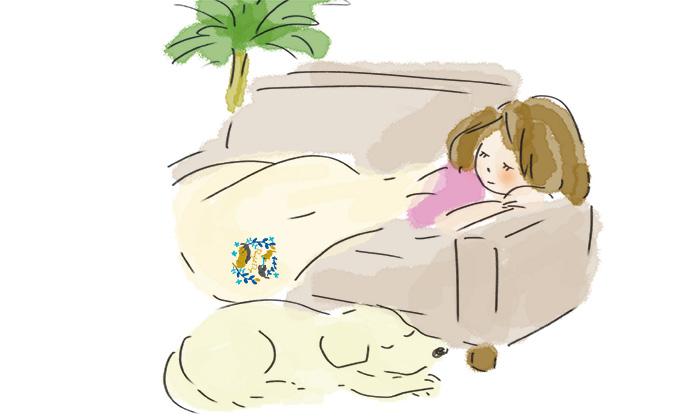 ソファーでお昼寝している女性のイラスト