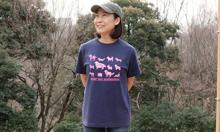 女性モデルがインディゴカラーのTシャツを着ている写真