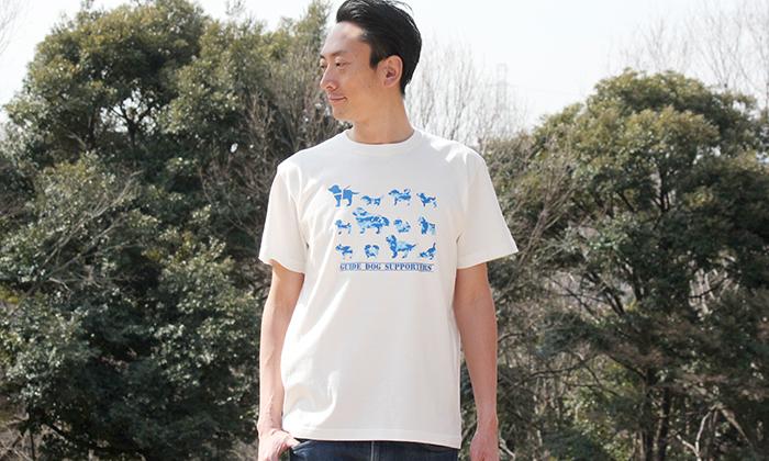 男性モデルがバニラホワイトのTシャツを着ている写真