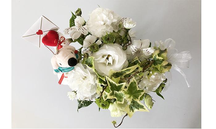ホワイト系の花のアレンジメント写真