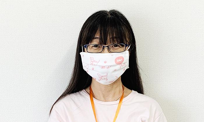 女性モデルがマスクを付けている写真