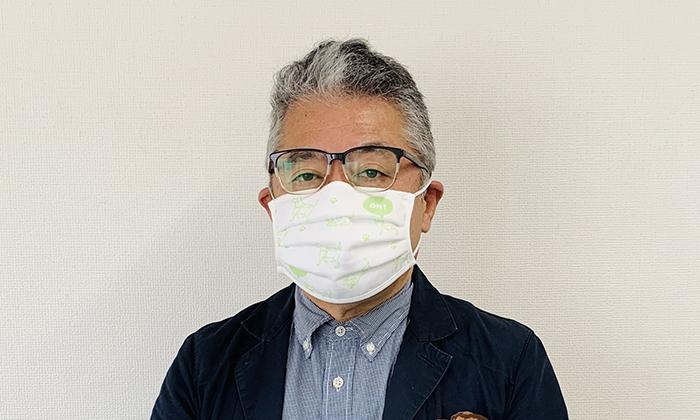 男性モデルがマスクを付けている写真