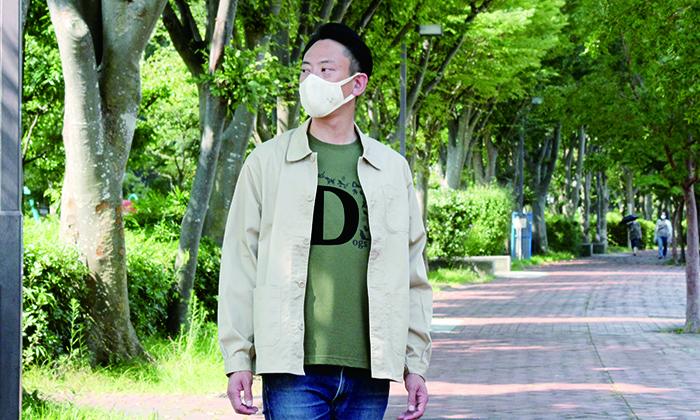 ジャケットとあわせた男性モデルの写真