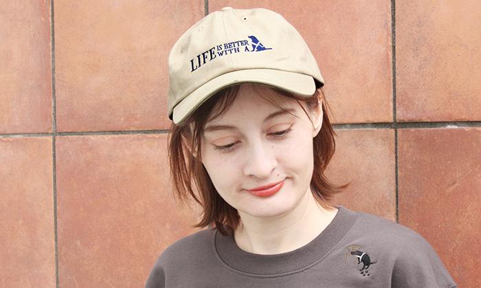 キャップをかぶる女性モデル