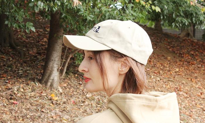キャップをかぶる女性モデルの横顔