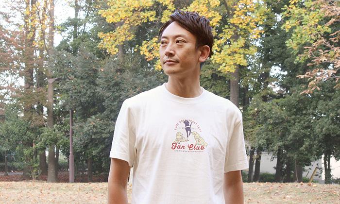 ファンクラブTシャツを着る男性モデル