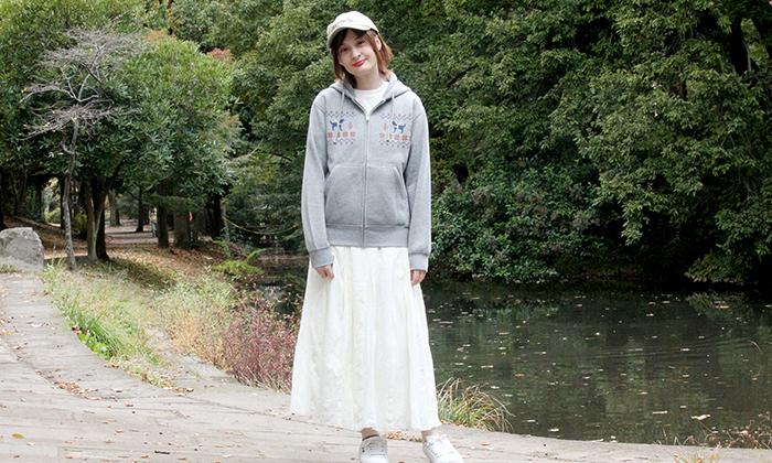 杢グレーSサイズと白のロングスカートのコーデ写真