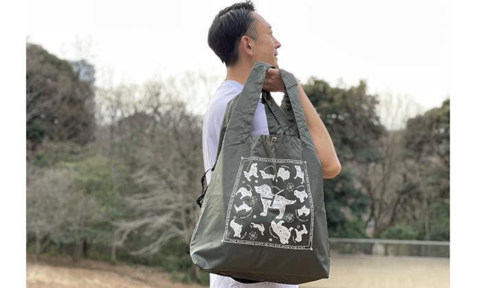 バッグを持つ男性モデル