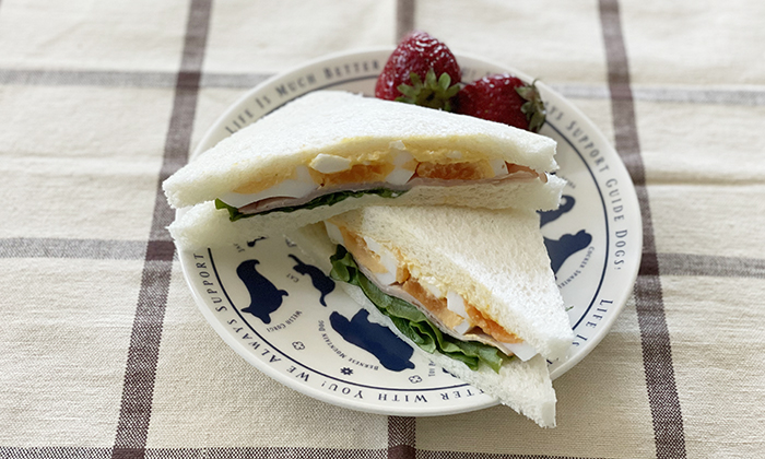 サンドイッチをのせた写真
