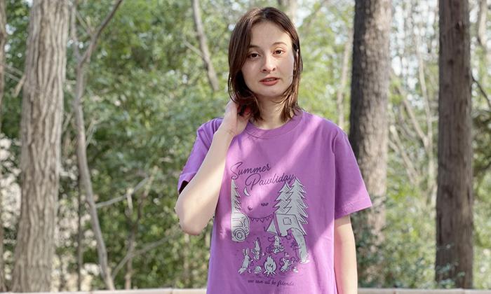 Tシャツを着る女性モデル
