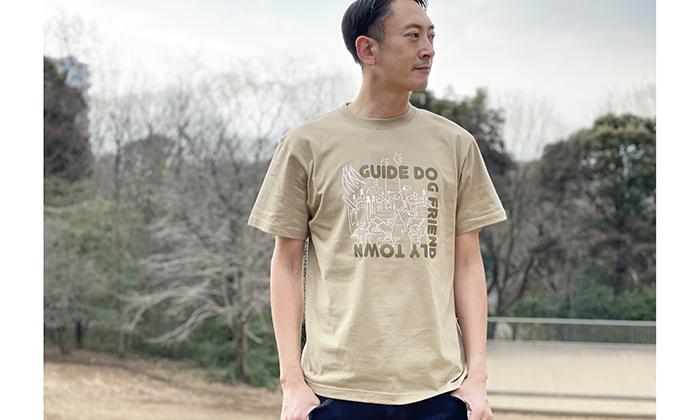 Tシャツを着る男性モデル