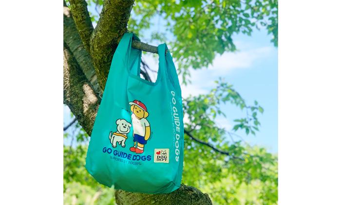 木の枝に掛けられたエコバッグ。