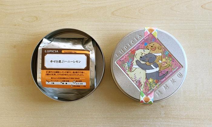 左には蓋が開けられた状態の缶の中身。右には缶の蓋が並んで置かれている。缶の中にはアルミ袋が入っている。