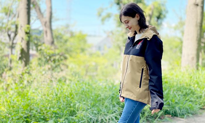 女性モデル。パーカージャケット着用イメージ。