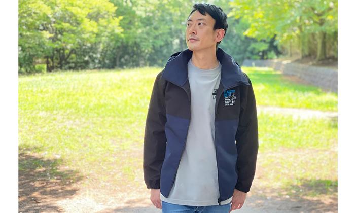 男性モデル。パーカージャケット着用イメージ。