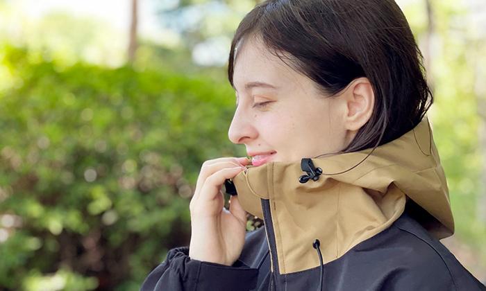 首元の写真。ファスナーを上まで締めると。顎までしっかり隠れるハイネック仕様。