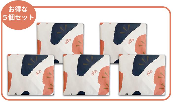 榮太樓の個別包装された羊羹が。5個並んだイメージ。